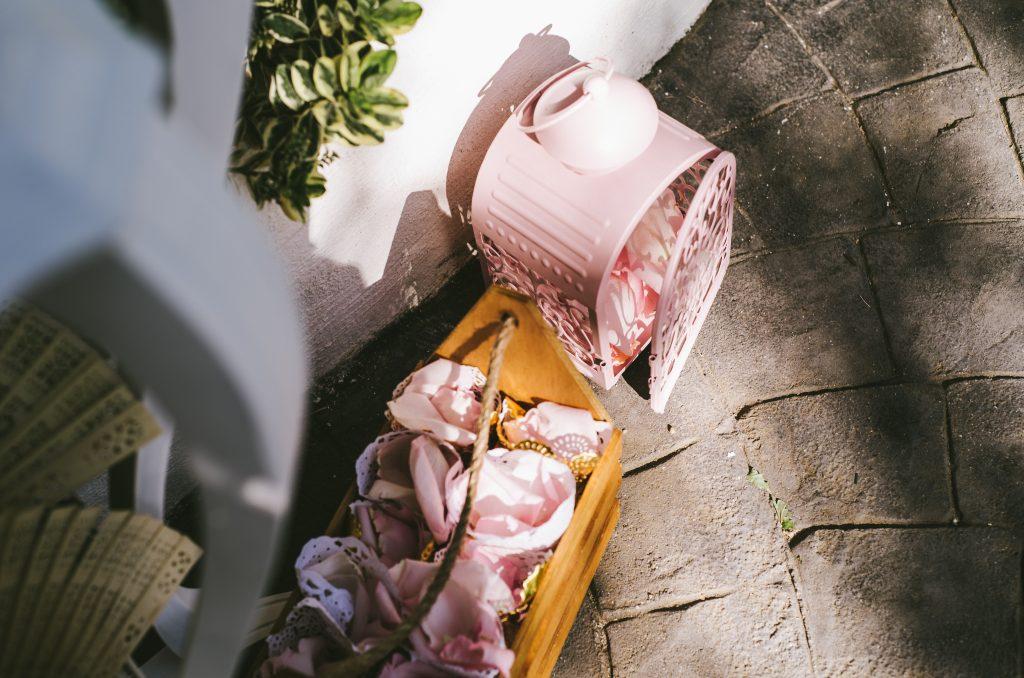decoración romántica rosa jaula pétalos