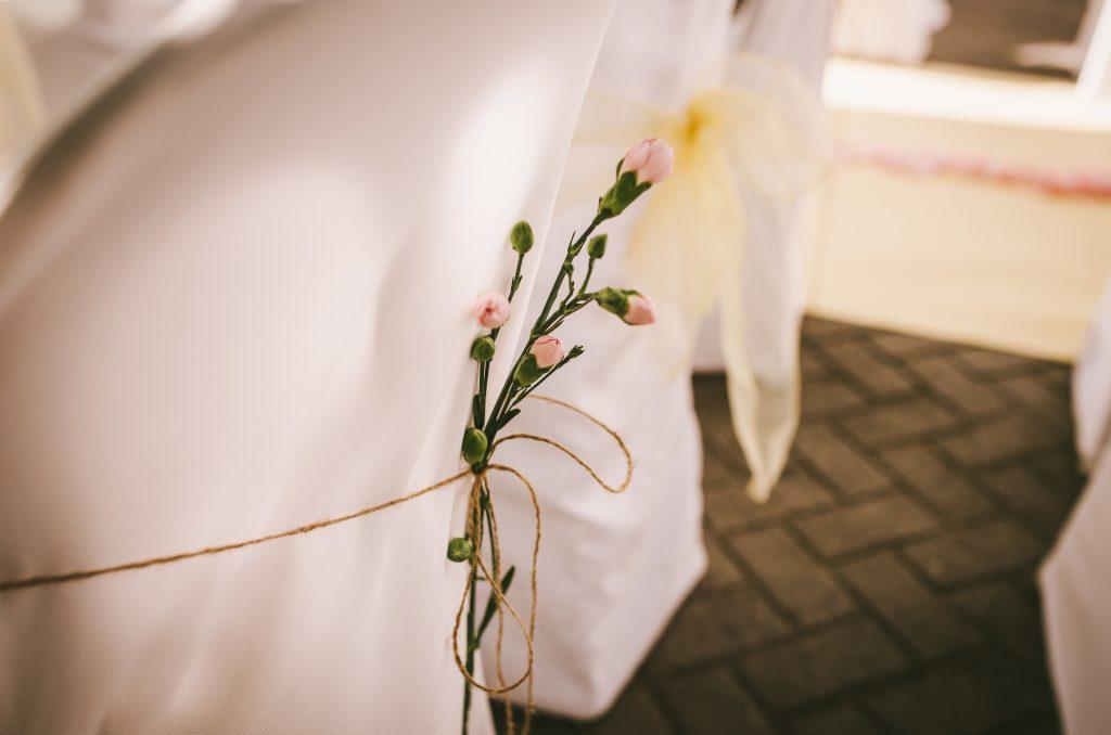 decoración sillas cuerda flores lazo clavelina rosa