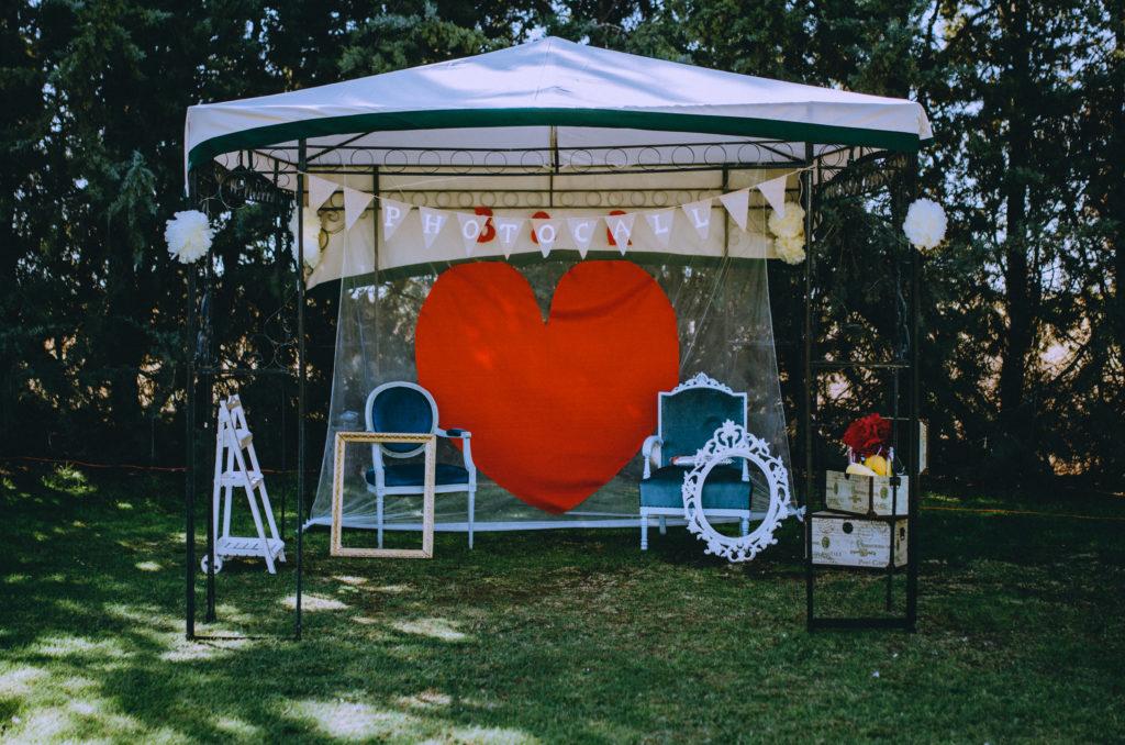 photocall corazón sillas marco baúles retro