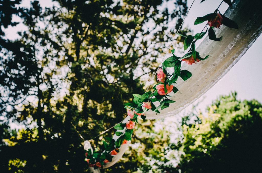arco de bienvenida flores tul árboles