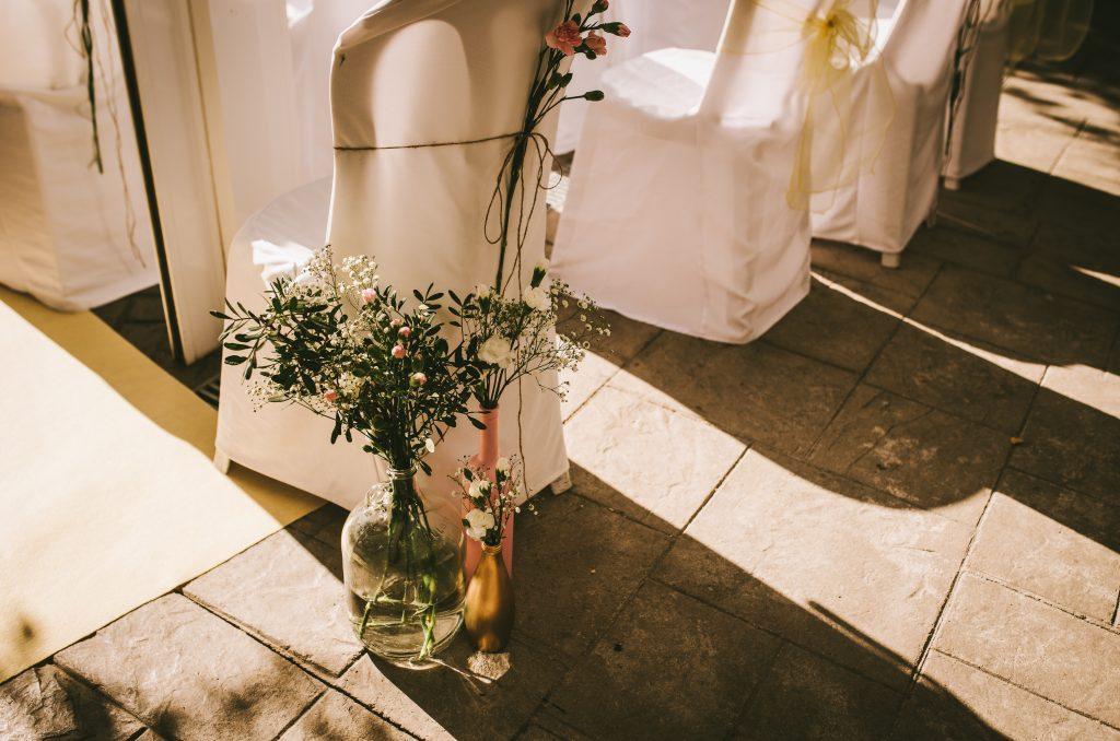 decoración silla ceremonia cuerda flores