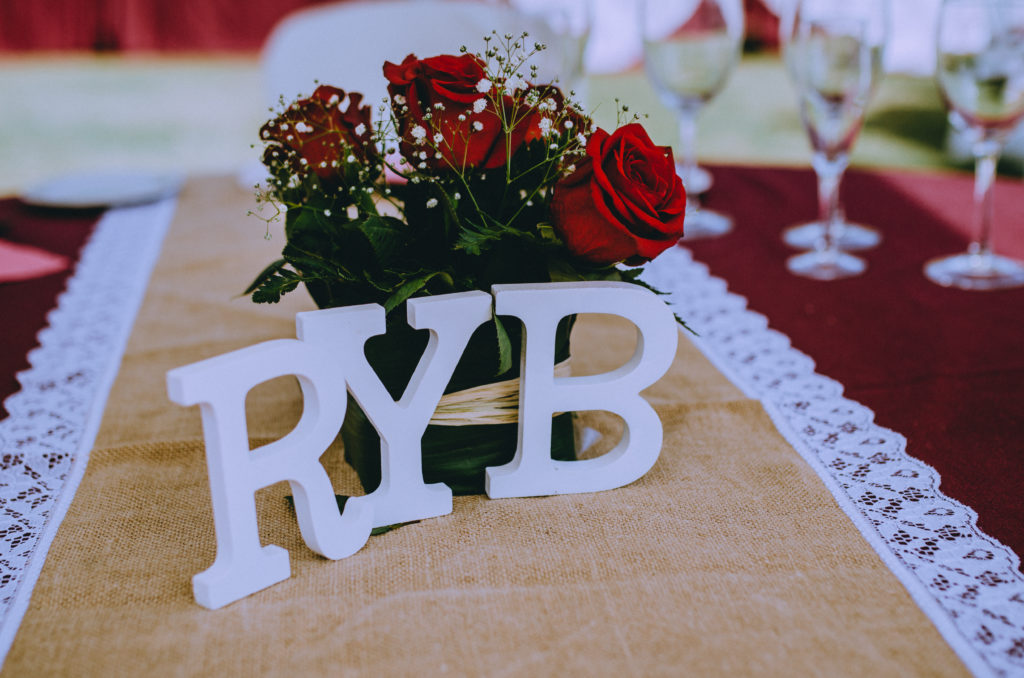 letras decoración mesa camino rosas