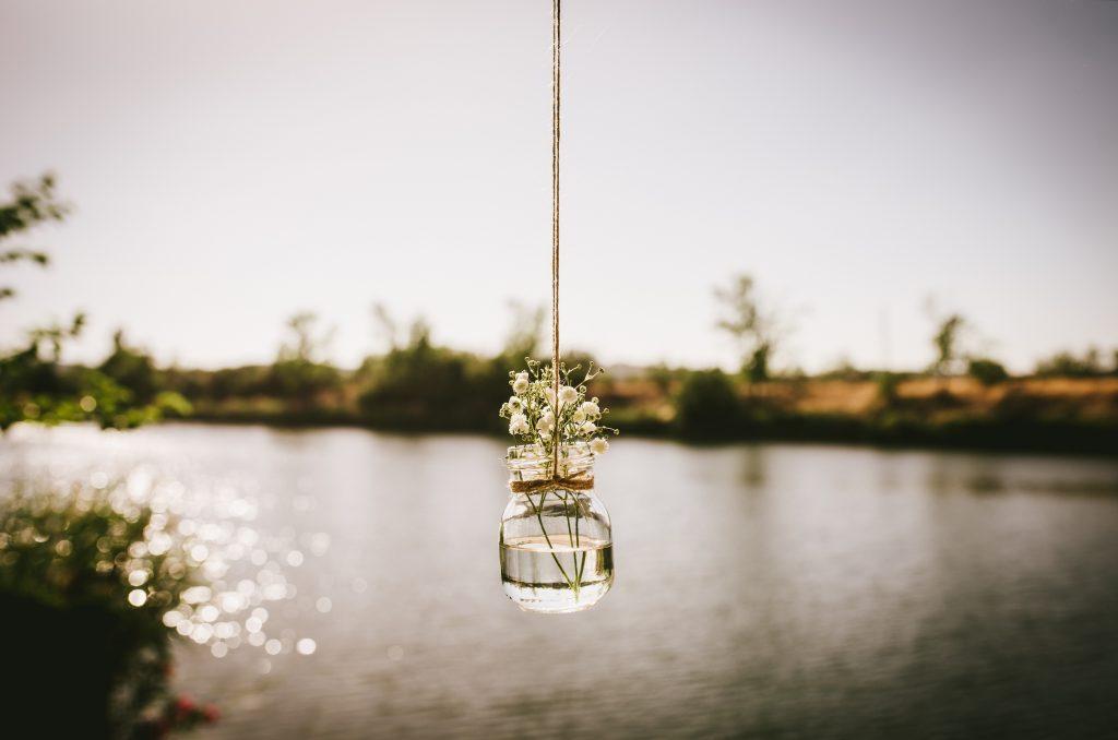 decoración laguna botes colgantes flores