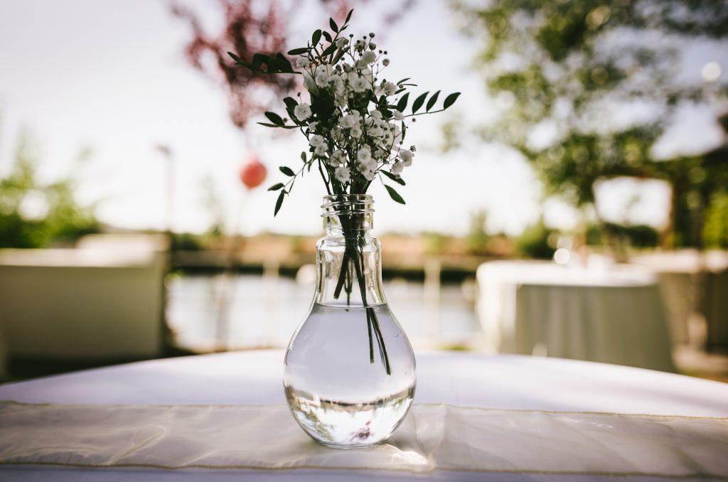 decoración ceremonia agua flores clavelinas