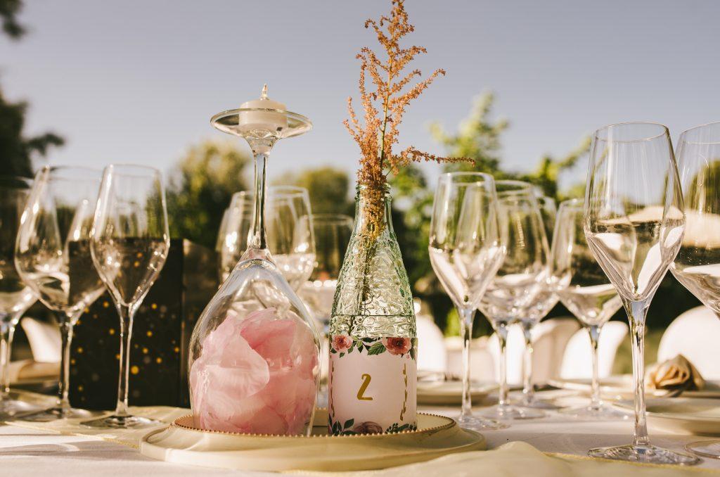 centro de mesa copa botella pétalos espejo