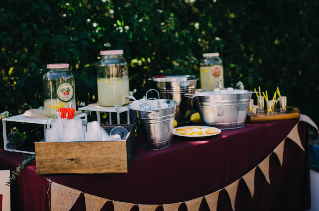 mesa de limonada guirnalda retro