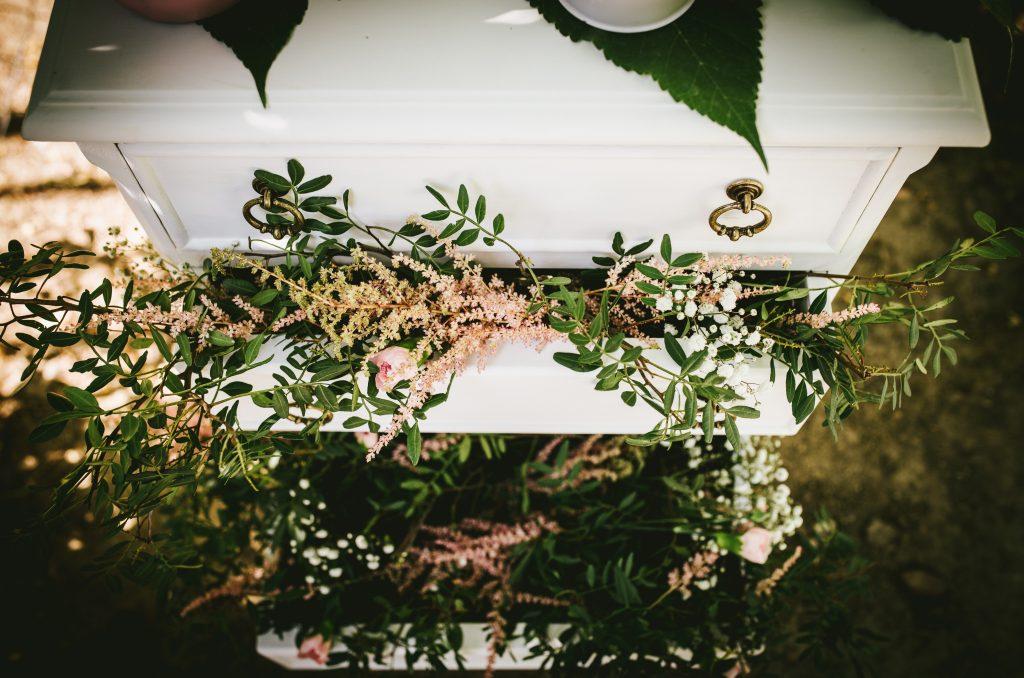 cajonera romántica flores rosa verde blanco