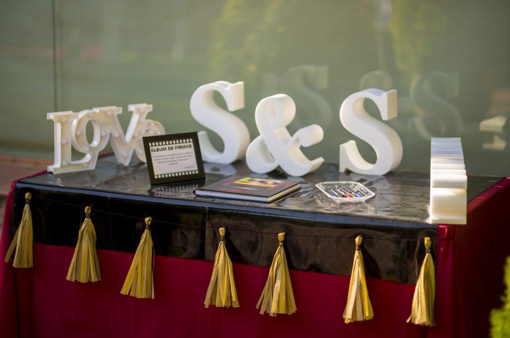 boda de cine mesa de firmas pompones