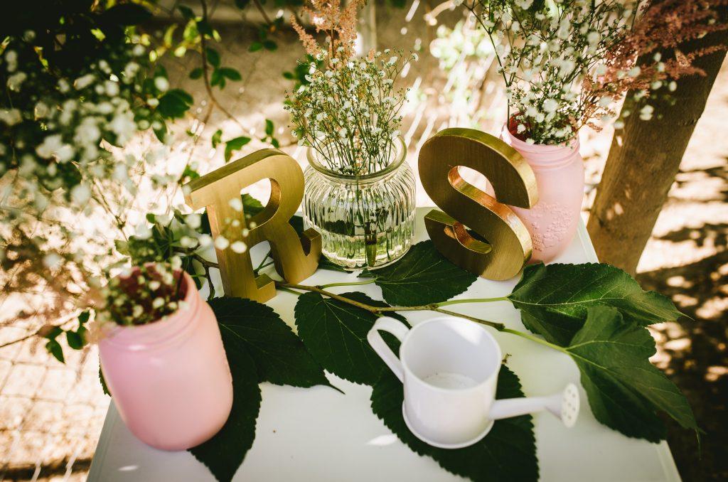 decoración bienvenida letras flores rosas