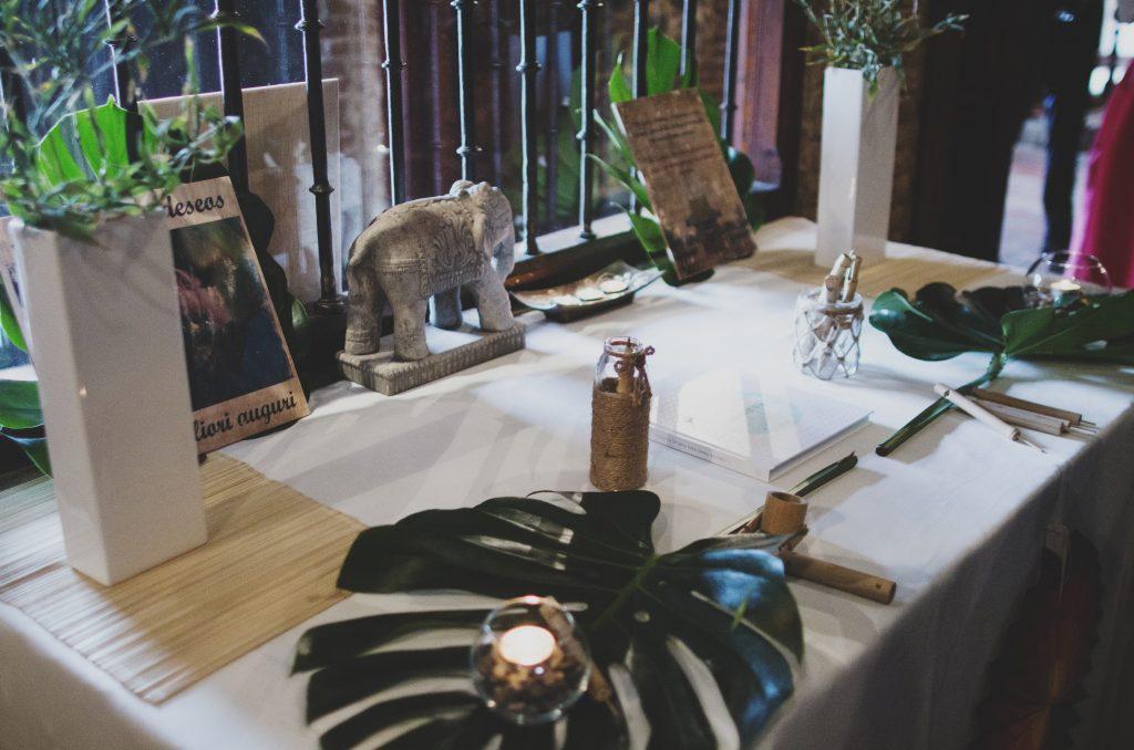 mesa de firmas asiática hoja de palma velas elefante