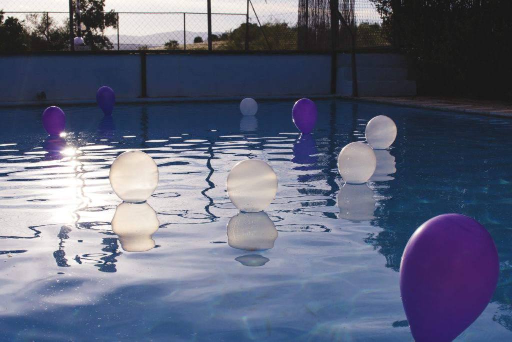 decoración piscina globos