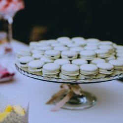 candy bar mesa dulce macarons oreos