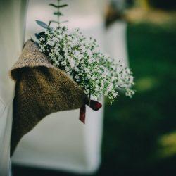 cono flores decoración silla paniculata tela de saco ceremonia